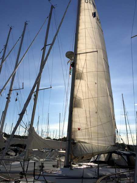 Drying the mainsail after a sponge-down (no scrubbing allowed)